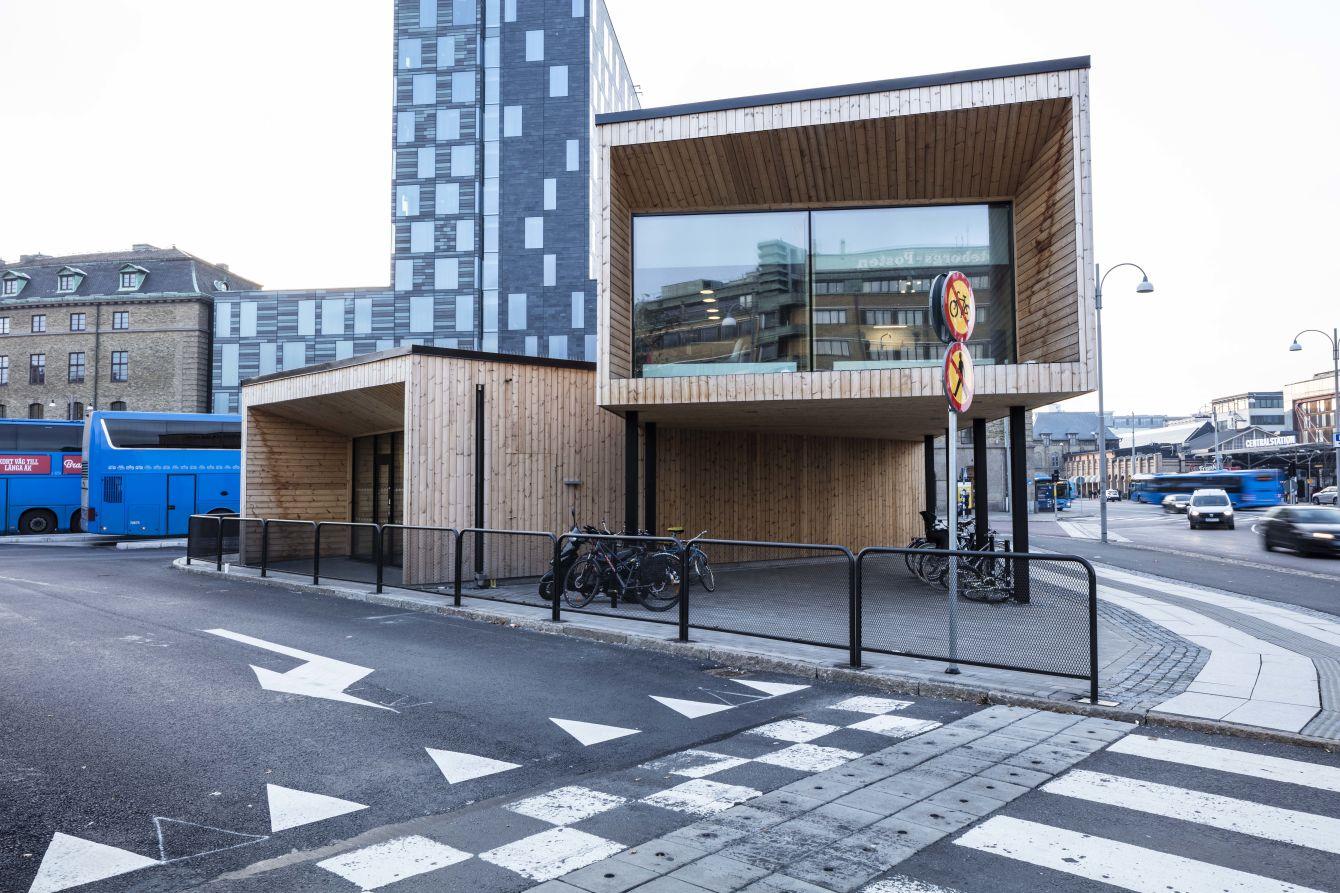 Exteriör med glasparti Resecentrum Åkareplatsen - Fristad Bygg